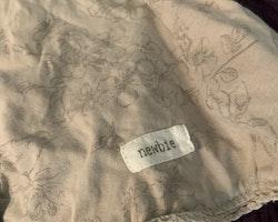 Beigegrå ärmlös sommarklänning med vacker spets och ett dovt mönster med både flora och fauna från Newbie stl 74