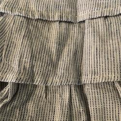 Mörkblå-, vit- och crememönstrad ärmlös klänning i linnemix med volanger och inbyggd body från HM stl 56