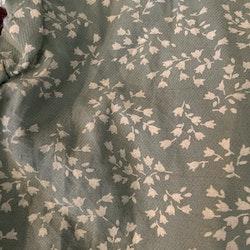 Grågrön klänning med liten volangärm och vitt blomstermönster stl 62-68