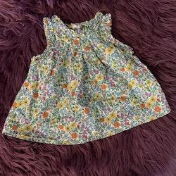 Underbar ärmlös klänning överöst med sommarblommor och små silvermetallic trådar från NeXT stl 3-6 mån