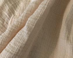 Varm  persikofärgad underbar klänning med volangärm och vacker spetsdetalj från NeXT stl 56