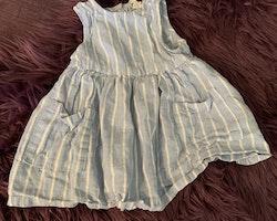 Ljusblå- och vitrandig ärmlös klänning med fickor från HM stl 68