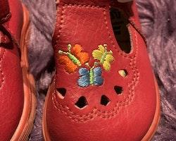 Röda lädersandaler med broderade fjärilar från Kavat stl 18
