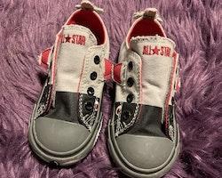Chuck Taylor All Star slip on skor med hajapplikationer från Converse stl 23