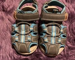 Grå, blå och vita sandaler från Din Sko stl 24
