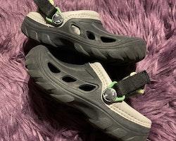 Mörkgrå All Terrain sandaler från Crocs stl 27