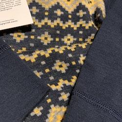 Mörkblå, gul och grå ullbody i jaquardmönster från PoP stl 74/80