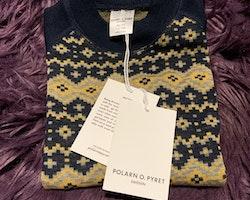 Mörkblå, gul och grå ulltröja i jaquardmönster från PoP stl 86/92