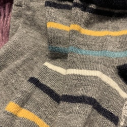 Två par merinoullstrumpor i grått varav ett par randiga i flertalet färger från PoP stl 16-18