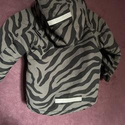 Kommandr! Grå och svart zebra-/tigerrandig vinterjacka från Kaxs stl 98