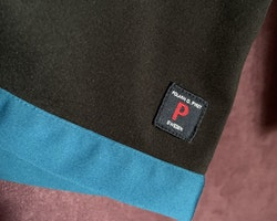Svart softshelljacka med blå och turkosa detaljer från PoP stl 110