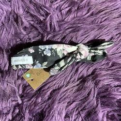 Svart hårband med blommor i olika rosa, blå, gröna och cremetoner från Newbie stl OS