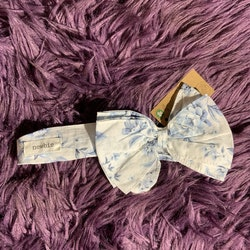 Vitt hårband med blommor i olika blå nyanser från Newbie stl OS