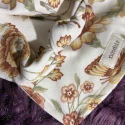 Vitt hårband med blommor i höstfärger och matchande haklapp från Newbie stl OS