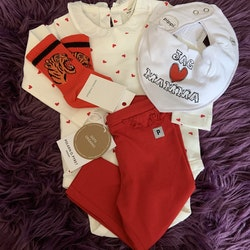 4 delat rödvitt paket med body, leggings, haklapp och strumpor från Kappahl, PoP, Pippi & Mini Rodini stl 68 + OS + 10/12