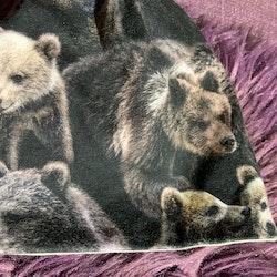 Set med björnmönstrad mössa och haklapp från Molo stl 74/80