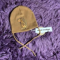 Guldbrun stickad varm mössa med broderad tiger från Mini Rodini stl 48/50