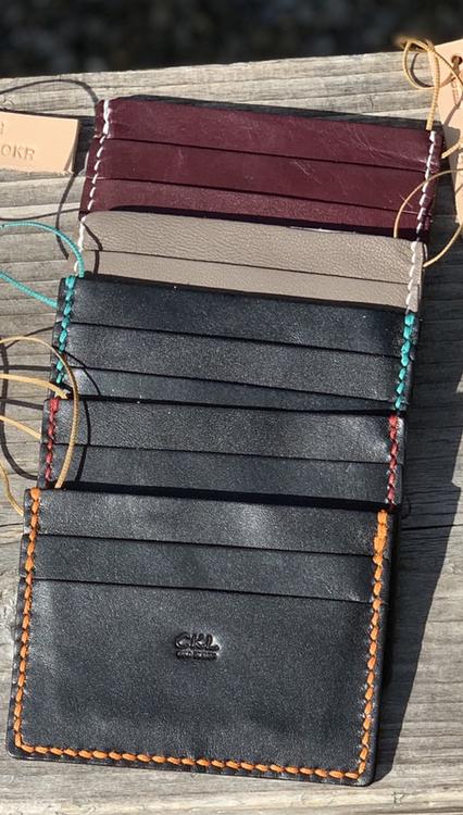 Korthållare i skinn med kortfack på båda sidorna och ett fack i mitten. Korthållarna kan tillverkas i andra färger om vi har andra tunna skinn hemma.