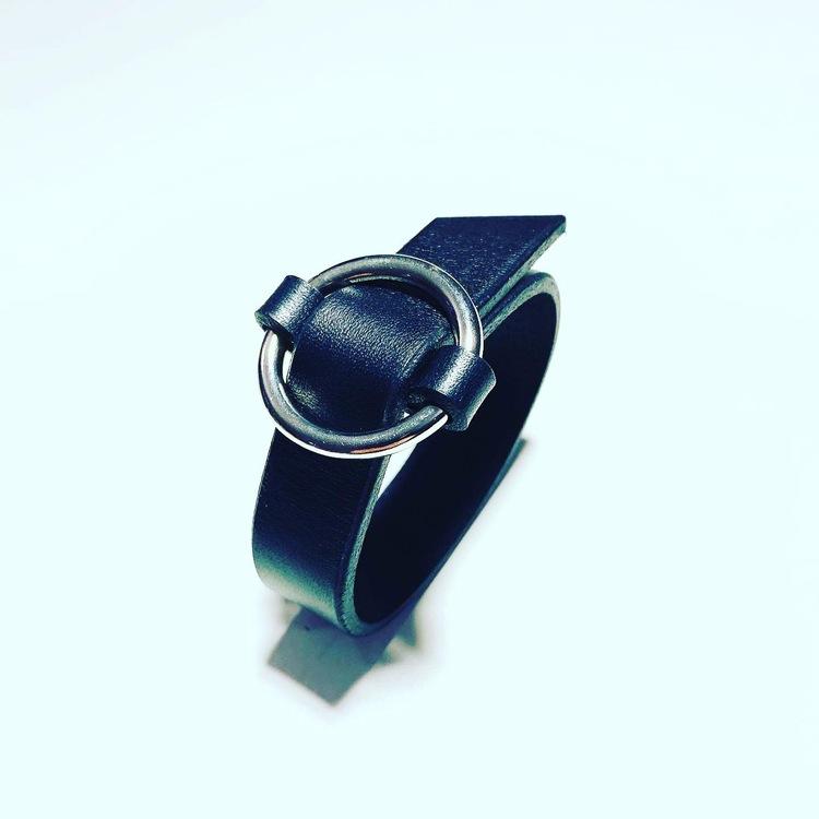 Armband Lena i svart läder bredd 2cm, silverfärgad ring