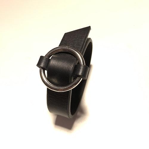 Armband Lena i svart läder, smalt med silverfärgad ring