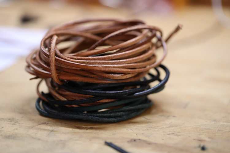 Läderrem /tråd ca 2,5* 3,8mm, 4,7m  ljusbrun