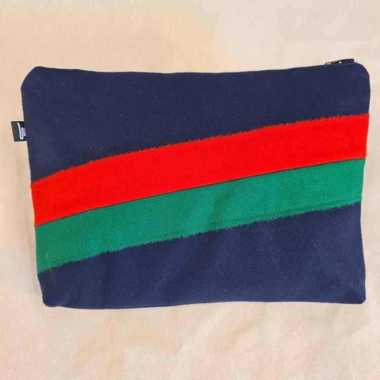 Marinblå necessär / förvaring, dekoration i rött och grönt, samisk design med dragkedja. Design Sara Svonni i Tärnaby.