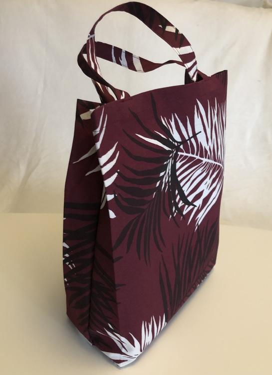 Vinröd kasse med blad