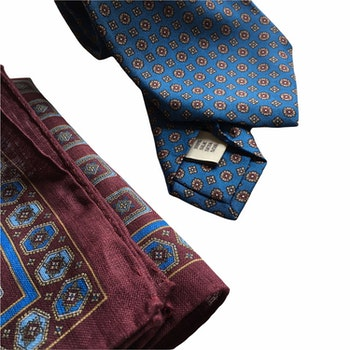 Kit - Printed silk tie and linen pocket square - Light Blue/Burgundy
