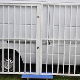 Gallergrind med dörr - 243 cm