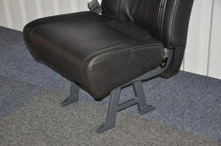 Bilstol med inbyggt bälte - Svart