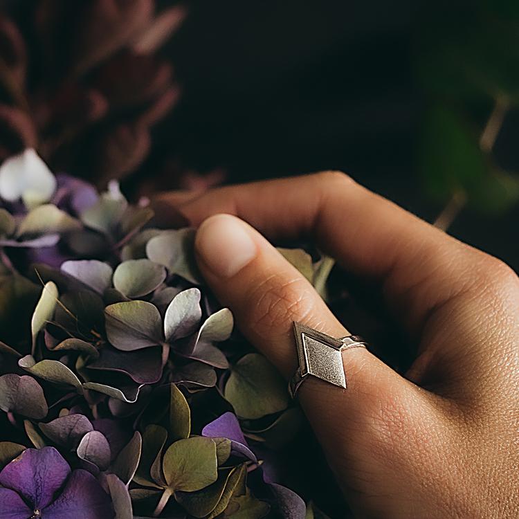 PIL. Ring, vit rhodium