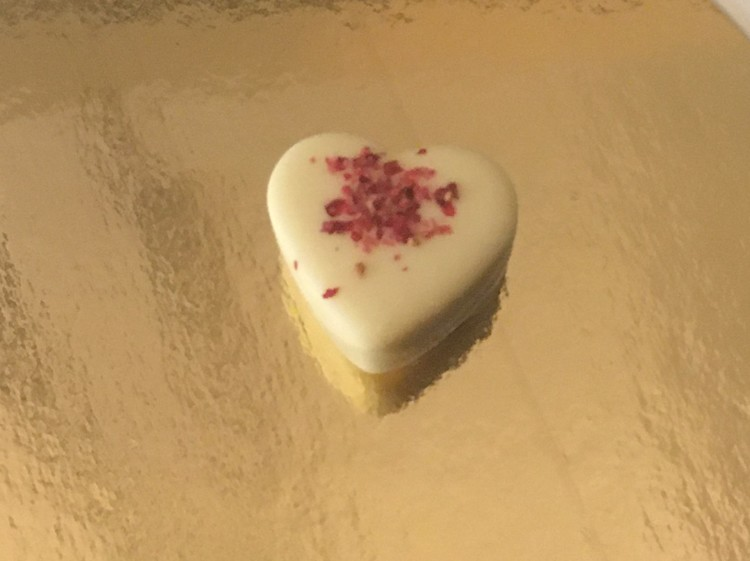 Gräddtryffel i vit choklad toppad med jordgubbsbitar