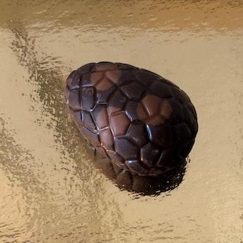 Chokladägg Mörk choklad med hasselnöt (INNEHÅLLER NÖTTER)