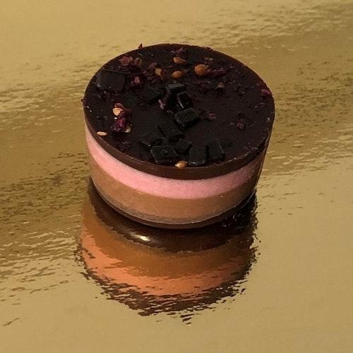Hallon nougat tårta med hasselnötsnougat & mörk choklad (INNEHÅLLER NÖTTER)