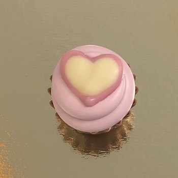 Cupcake Hjärta Jordgubbsfondant/Rosa Chokladkräm (INNEHÅLLER NÖTTER/MANDEL)