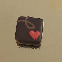 Hjärtpralin med hasselnötsfyllning i mörk choklad (INNEHÅLLER NÖTTER & GLUTEN)