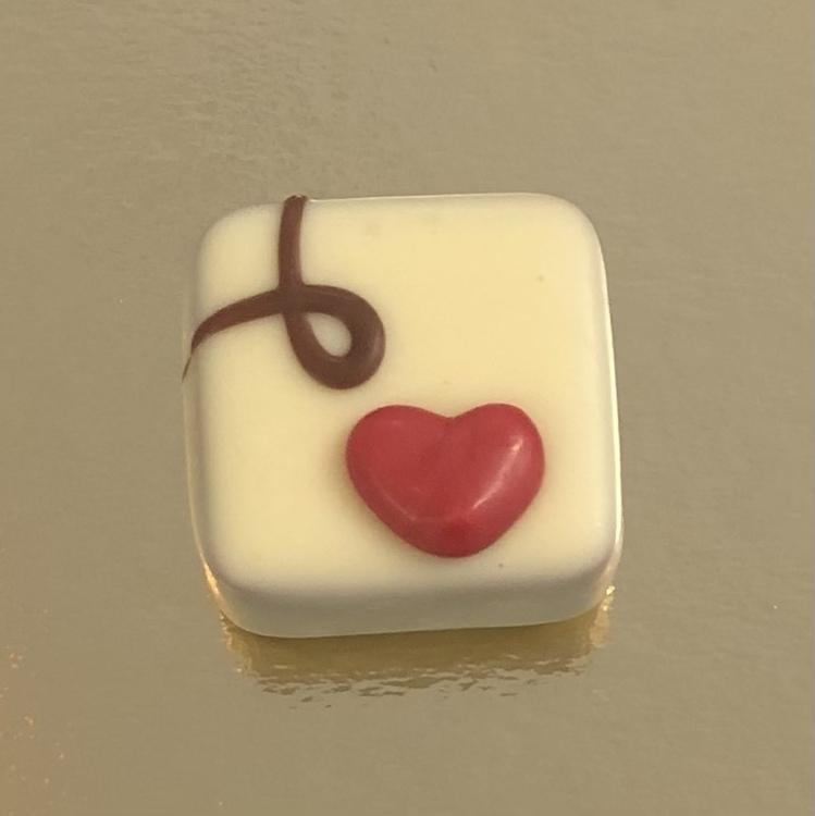 Hjärtpralin med hasselnötsfyllning i vit choklad (INNEHÅLLER NÖTTER & VETE)