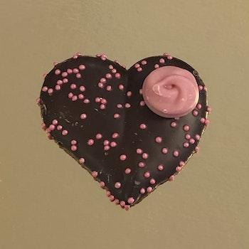 Hjärta med ros i mörk choklad (INNEHÅLLER GLUTEN) OBS! FÅR INTE PLATS I FÖRPACKNINGEN FÖR 2  PRALINER!