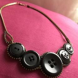Knapphalsband, svart