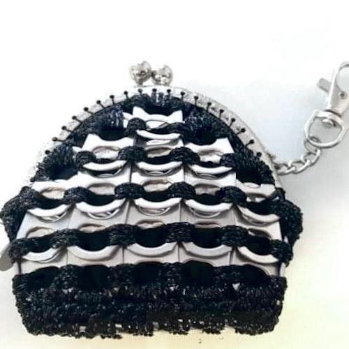 Portmonä av kapsyler silver/svart