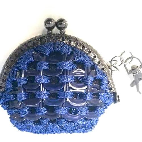Portmonä av kapsyler blå