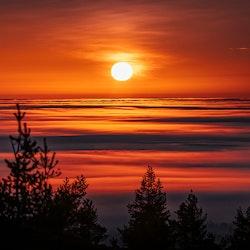 Soluppgång med färgsprakande moln