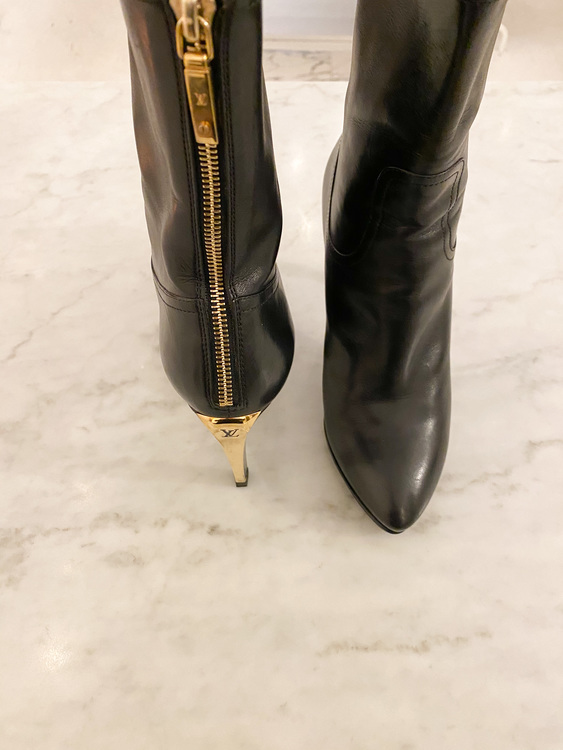 LOUIS VUITTON Ankel Leather Boots (38)