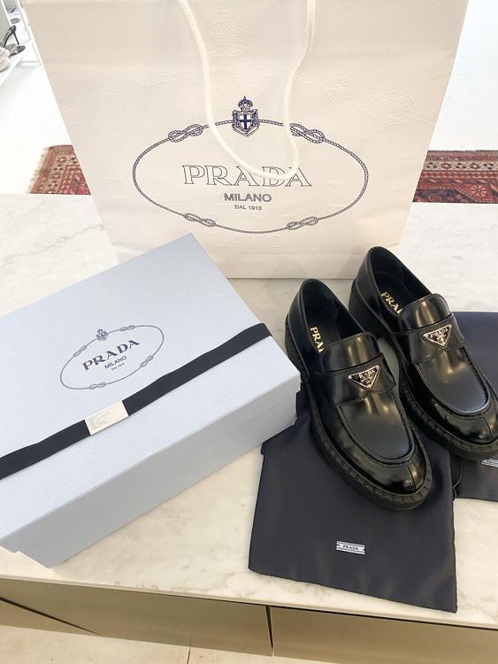 PRADA Brushed Leather Logo Loafers (40,5)