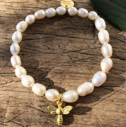Armband med cremevita pärlor, guldfärgat bi