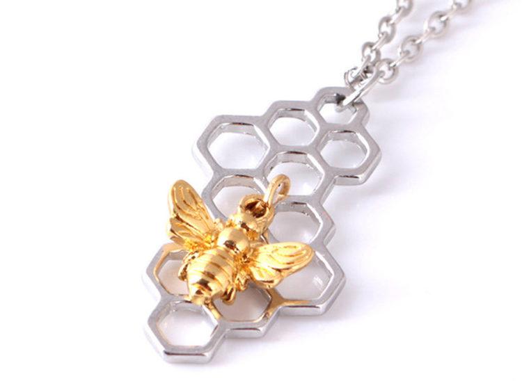 Halsband med bi i hexagon