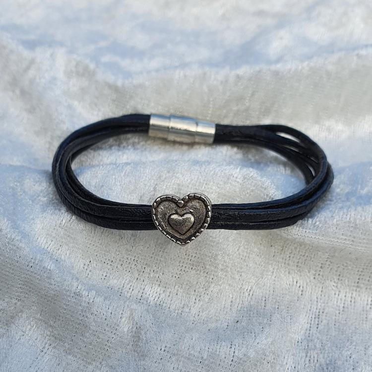 Armband i läder med hjärta