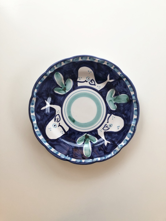Assiett, mörkblå med djurmönster, 21 cm