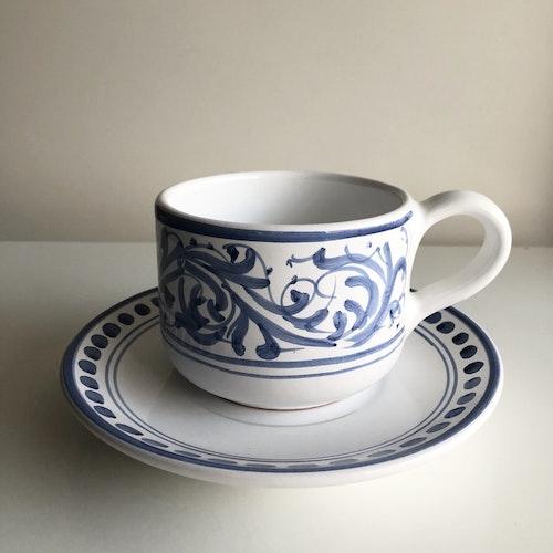 Stor tekopp med fat, blå med handmålat mönster, 11 cm