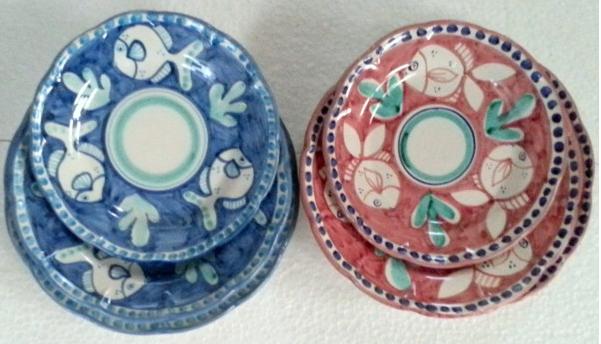 Amalfi tallriksset 6 delar i 2 färger -  assiett, djup tallrik, mattallrik, blå och röd